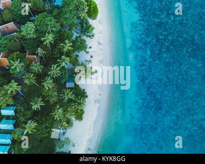 Vacaciones en la playa, paisaje de antena drone vista de isla paraíso costa