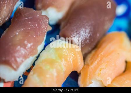 Sushi es fácil de hacer en casa si usted tiene la paciencia.