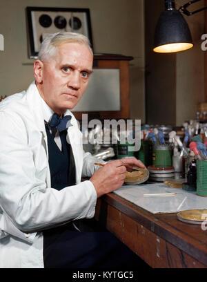 Sir Alexander Fleming (1881-1955), el científico escocés famoso por el descubrimiento de la penicilina. Foto tomada entre 1939 y 1945. Foto de stock