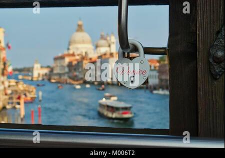 Bloqueo de amor en forma de corazón sobre un puente en Venecia Italia