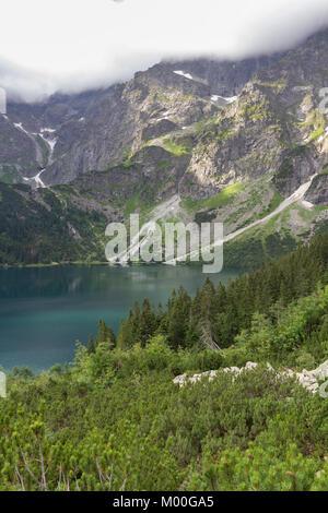 Lago Morskie Oko montañas Tatra en días nublados en verano en Polonia