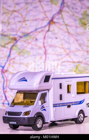 Modelo / autocaravana autocaravana con mapa de desenfoque / atlas en el fondo. Concepto de cualquier aspecto de camping / touring / la libertad del camino abierto, etc.