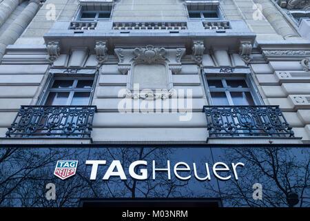 París, Francia - 20 de diciembre de 2017: Tag Heuer logo en su tienda principal en la Avenida de los Campos Elíseos. TAG Heuer es una empresa manufacturera de lujo suizo que