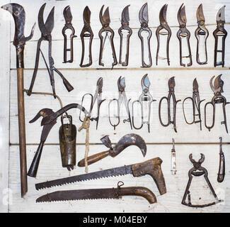 Colección de herramientas antiguas paredes de madera. Fotografía abstracta.