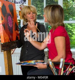 Un pequeño grupo de personas en un taller de artistas para clase de arte matrícula Foto de stock