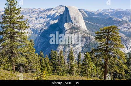Half Dome, como se ve desde cerca del punto del glaciar, El Parque Nacional Yosemite, California