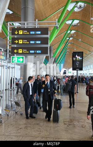 MADRID, España - 20 de octubre, 2014: la gente prisa en la Terminal 4 del aeropuerto de Madrid Barajas. La famosa Terminal 4 fue diseñado por Antonio Lamela y Richa