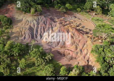 Vista aérea del Seven Coloured Earth(s) (AKA Terres des Sept Couleurs) desde un helicóptero, districto de Riviere Noire, Chamarel, la República de Mauriti