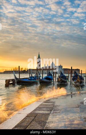 Las góndolas en el Gran Canal al amanecer en Venecia, Italia