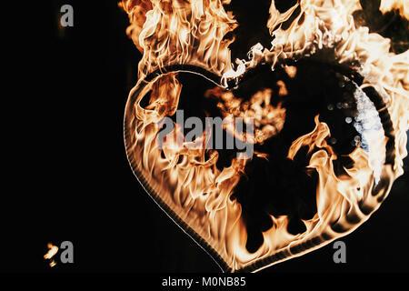 Feliz día de San Valentín card.fuegos artificiales en forma de corazón sobre fondo negro, espectáculo de fuego en la noche. bengala corazón ardiente fuego. Espacio para el texto. Boda o valen