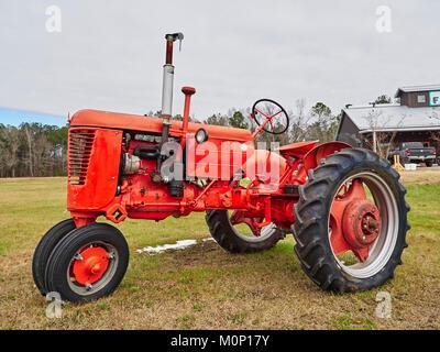 Viejo rojo vintage antique caso tractor agrícola en exhibición en el mercado agrícola en las zonas rurales de Pike Road Alabama, Estados Unidos.