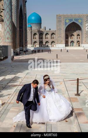 """""""Una joven pareja de recién casados llegan en el Registán compleja para sus fotos de bodas, el Registán, Samarcanda, Uzbekistán Foto de stock"""