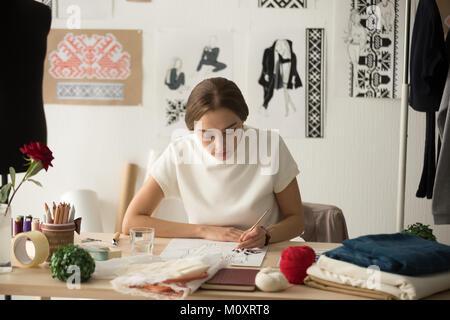 Diseñador de moda inspirado trabajo en estudio nuevo dibujo collecti