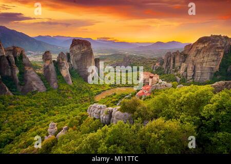 Monasterio de Meteora al atardecer, Grecia Foto de stock