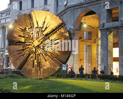 Europa,Italia,Lombardía,Milán,Arnoldo Pomodoro disco de bronce escultura en Piazza Meda, centro