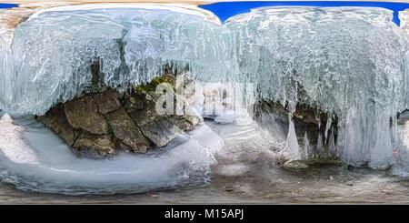 360 180 panorama amanecer en una cueva de hielo con carámbanos de Baikal, Olkhon.