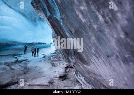 Cueva de hielo en el sureste de Islandia, los turistas con un guía turístico