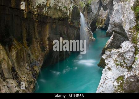 Gran Soca Gorge - pequeño río cascadas en desfiladeros rocosos, río Soca, Bovec, Eslovenia