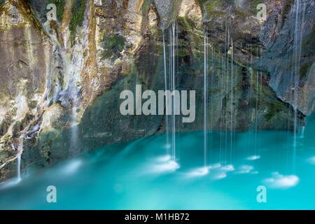 Pequeñas cascadas del río en desfiladeros rocosos, Gran Soca Gorge, río Soca, Bovec, Eslovenia