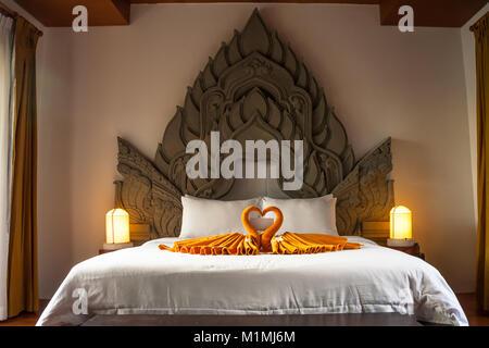 Cama tamaño queen con blanco y naranja colchas y muebles de ...