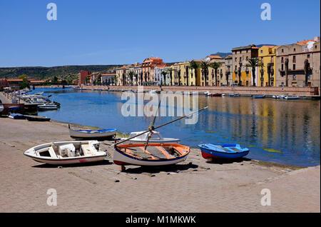 Barcos de pesca en el río temo, Bosa, Cerdeña, Italia