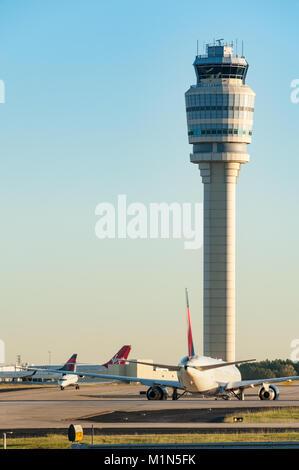 Torre de control del tráfico aéreo en el Aeropuerto Internacional Hartsfield-Jackson de Atlanta, el aeropuerto más transitado del mundo. (Ee.Uu.)