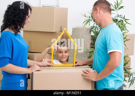 Feliz familia se mudó a una nueva casa hijo posee la clave