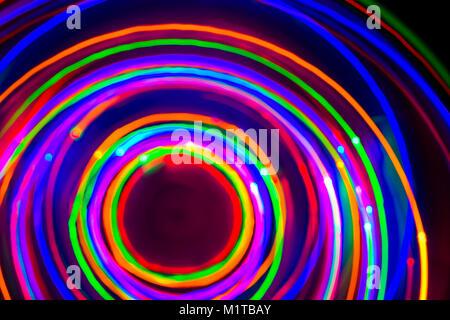 Círculos de neón, luces LED de larga exposición, iluminación LED en azul, rojo, rosa, verde, cian y magenta en nlack nackground