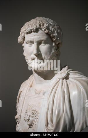 Nápoles. Italia. Busto retrato del emperador romano Adriano llevaba una coraza, ca. 130 AD. El Museo Archeologico Nazionale di Napoli. Nápoles Archaeolo nacional Foto de stock