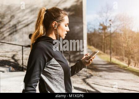 Mujer joven en el teléfono en Estocolmo, Suecia