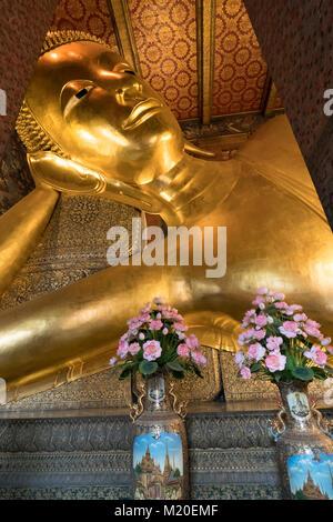 El Buda reclinado templo Wat Pho en Bangkok, Tailandia Foto de stock