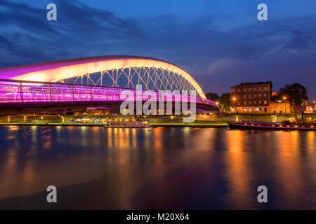 Pasarela Bernatka a través del río Vístula en Cracovia en la noche. Polonia. Europa. Foto de stock