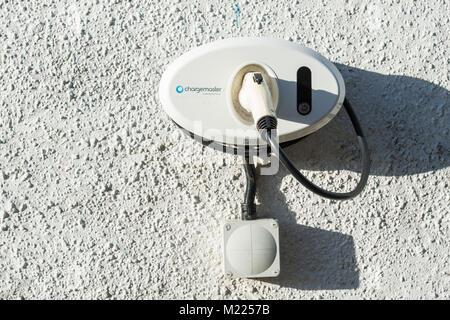 Chargemaster Inicio Cargador de coche eléctrico en la pared de la casa en el REINO UNIDO Foto de stock