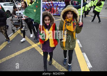 Wood Green, Londres, Reino Unido. El 4 de febrero de 2018. Pueblo kurdo de marzo a través de vías verdes y madera verde y protestar contra el ataque de las fuerzas turcas en la región kurda de Afrin. Crédito: Matthew Chattle/Alamy Live News
