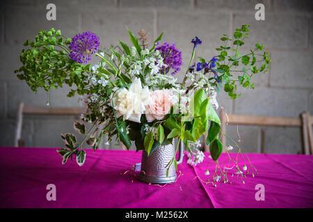 Tabla de boda floral en rosa un mantel.