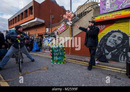 """Febrero 5, 2018 - Londres, Reino Unido. El 4 de febrero de 2018. El artista Andrew Cooper señala su escultura de theheads de Lambeth consejeros encargados de limpieza social de Aysen Dennis del Aylesbury Break. Los activistas de conmemorar el tercer aniversario del anuncio por Network Rail de sus planes para reestructurar el Brixton arcos con un mitin y a tres minutos de silencio. La zona y sus pequeños comerciantes que han sido desplazados (algunos todavía están luchando para permanecer) ha sido descrito como el """"corazón de Brixton'."""