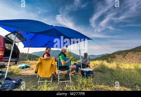 Los campistas de mediana edad en Brewer Creek Forest Service Road, Purcell Mountains, cerca de Invermere, British Columbia, Canadá
