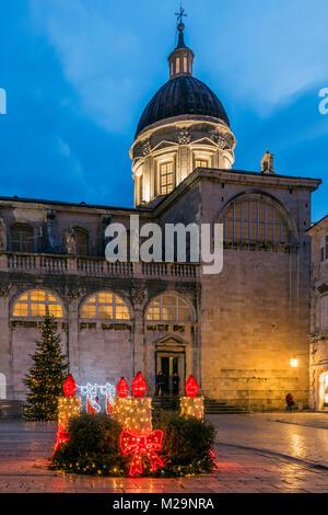 Catedral de la Asunción de la Virgen María adornada con luces de Navidad y árbol de Navidad, Dubrovnik, Croacia