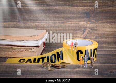 Educación y reforma. oportunidades de carrera y beneficios. cinta de precaución amarillo