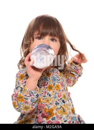 Niño Niña bebiendo leche de una botella