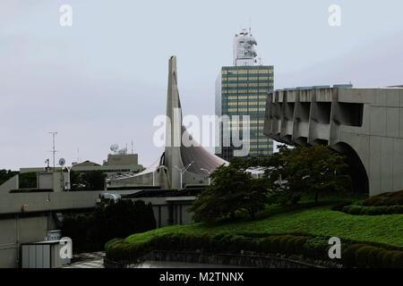 Kenzo Tange diseñado el Gimnasio Nacional Yoyogi (primera Gimnasio primer plano 2º Fondo) construido para los Juegos Olímpicos de 1964. (2017)