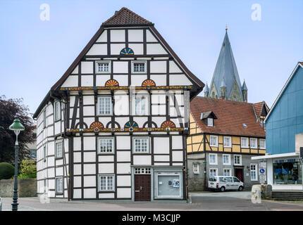 Casa con entramados de madera, del siglo XVI, en Wiesenstrasse, torre de San Patroclus iglesia, en Soest, Región Ostwestfalen, Renania del Norte-Westfalia, Alemania