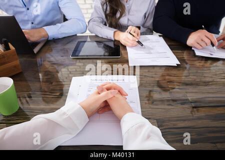 Solicitante delante de los oficiales de reclutamiento corporativo para una entrevista en la oficina