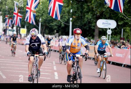Ride Bike carrera de Londres - los jinetes pasan por el centro de Londres hacia la línea finlandesa.