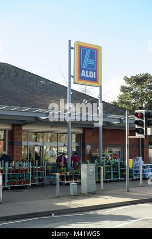 Tienda de alimentos Aldi con letrero en Leominster Reino Unido. Tienda de frente. Foto de stock
