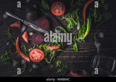 Ingredientes para el batido de vegetales sobre la mesa de madera antigua