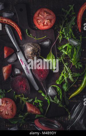 Ingredientes para el batido de vegetales sobre la mesa de madera antigua vertical