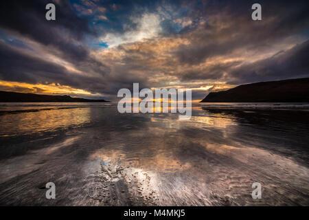 Atardecer en la playa de Canna de Glen quebradizo Foto de stock