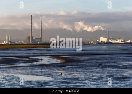Horizonte industrial de la ciudad de Dublin a través de la Bahía de Dublín con el incinerador y Poolbeg chimenea Foto de stock