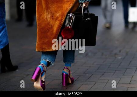 Londres, Reino Unido. 18 Feb, 2018. Un elegante showgoer llegando al Roland Mouret runway show durante la Semana Foto de stock